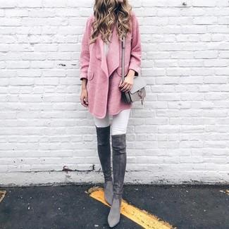 Come indossare e abbinare stivali sopra il ginocchio in pelle scamosciata grigio scuro: Potresti indossare un cappotto rosa e jeans aderenti bianchi per un look raffinato ma semplice. Completa questo look con un paio di stivali sopra il ginocchio in pelle scamosciata grigio scuro.
