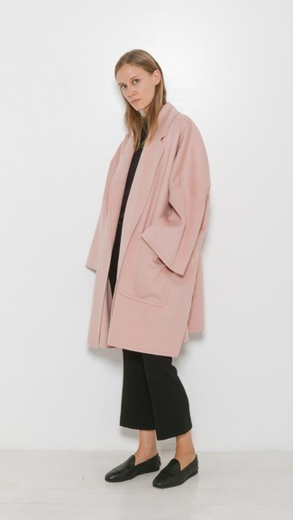 Look alla moda per donna: Cappotto rosa, Maglione girocollo nero, Pantaloni a campana neri, Mocassini eleganti in pelle neri