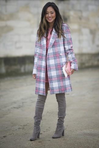 Come indossare: cappotto scozzese rosa, vestito a tubino di pizzo rosa, stivali sopra il ginocchio in pelle scamosciata grigi, pochette in pelle rosa