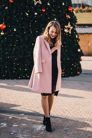 Come indossare e abbinare: cappotto rosa, vestito aderente di pizzo nero, stivaletti in pelle scamosciata neri