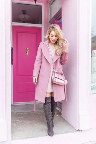 Come indossare e abbinare stivali sopra il ginocchio in pelle scamosciata grigio scuro: Metti un cappotto rosa e un vestito di maglia rosa per creare un look raffinato e glamour. Questo outfit si abbina perfettamente a un paio di stivali sopra il ginocchio in pelle scamosciata grigio scuro.