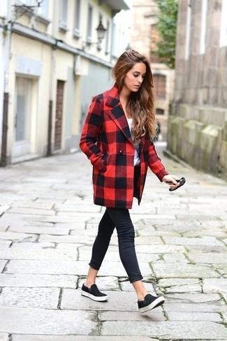 Come indossare: cappotto a quadri rosso e nero, t-shirt girocollo bianca, jeans aderenti neri, sneakers senza lacci in pelle scamosciata nere