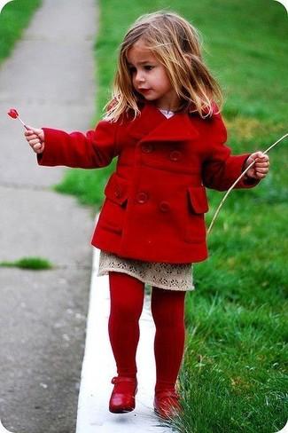Come indossare: cappotto rosso, gonna beige, ballerine rosse, collant rosso