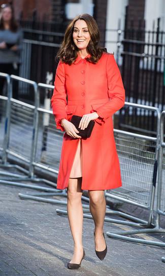 Come indossare e abbinare: cappotto rosso, vestito a tubino rosa, décolleté in pelle scamosciata neri, pochette in pelle scamosciata nera