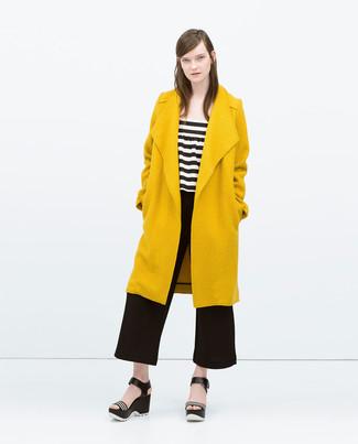 1158d59d8dcb ... Look alla moda per donna: Cappotto senape, Top corto a righe  orizzontali bianco e