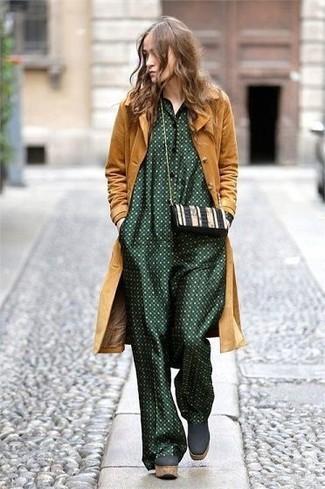 Come indossare: cappotto senape, tuta a pois verde scuro, stivaletti in pelle scamosciata pesanti verde scuro, borsa a tracolla in pelle nera e bianca