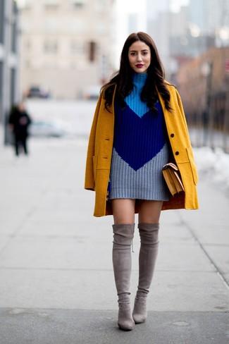 Come indossare e abbinare: cappotto senape, vestito di maglia lavorato a maglia blu scuro, stivali sopra il ginocchio in pelle scamosciata grigi, cartella in pelle senape