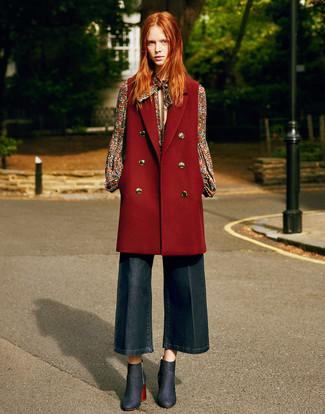 Trend da donna 2020 in modo smart-casual: Prova a combinare un cappotto senza maniche bordeaux con una gonna pantalone di jeans blu scuro per essere casual. Perfeziona questo look con un paio di stivaletti di jeans blu scuro.
