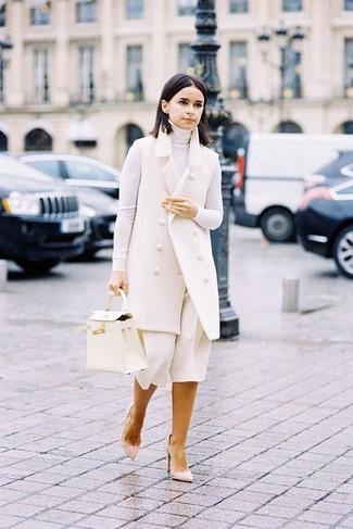 Trend da donna 2020: Punta su un cappotto senza maniche bianco e una gonna pantalone bianca per un pranzo domenicale con gli amici. Décolleté in pelle scamosciata beige sono una gradevolissima scelta per completare il look.