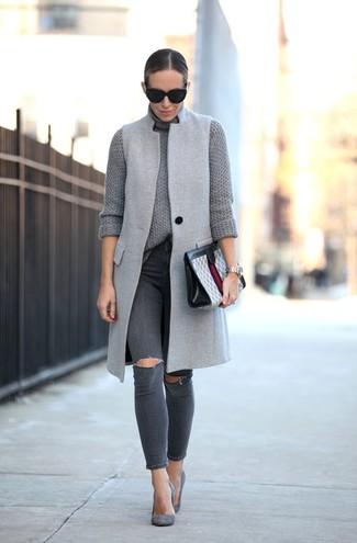 Come indossare: cappotto senza maniche grigio, dolcevita lavorato a maglia grigio, jeans aderenti strappati grigio scuro, décolleté in pelle scamosciata grigi