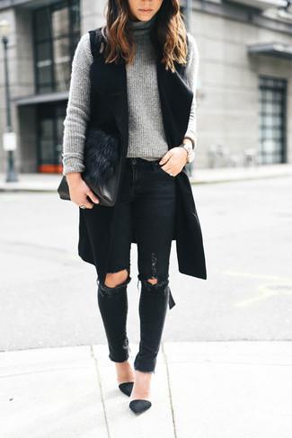 Come indossare: cappotto senza maniche nero, dolcevita lavorato a maglia grigio, jeans aderenti strappati neri, décolleté in pelle scamosciata neri