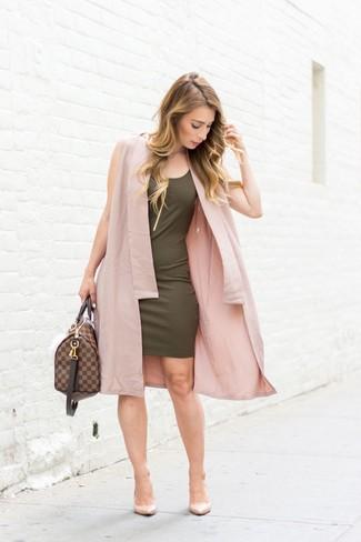 Come indossare: cappotto senza maniche rosa, vestito aderente verde oliva, décolleté in pelle beige, borsone in pelle marrone scuro
