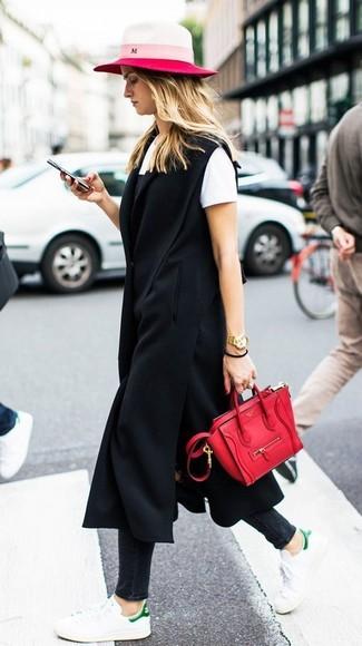 Come indossare e abbinare: cappotto senza maniche nero, sottoveste nera, t-shirt girocollo bianca, jeans aderenti neri