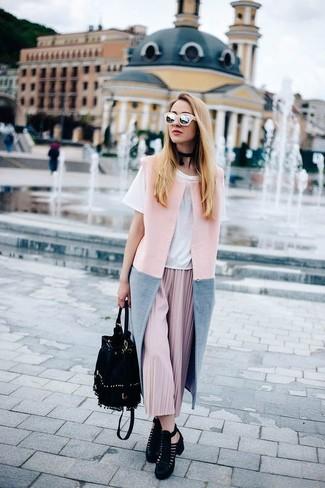 Per un outfit quotidiano pieno di carattere e personalità, abbina un cappotto senza maniche rosa con occhiali da sole rosa. Completa questo look con un paio di stivaletti in pelle scamosciata tagliati neri.