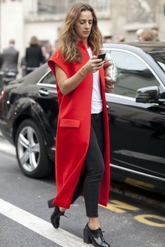 Come indossare e abbinare un cappotto senza maniche bordeaux: Potresti indossare un cappotto senza maniche bordeaux e jeans aderenti grigio scuro per un look raffinato. Stivaletti con lacci in pelle neri sono una valida scelta per completare il look.