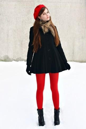 Mostra il tuo stile in un cappotto nero per un drink dopo il lavoro. Perfeziona questo look con un paio di stivaletti in pelle neri.