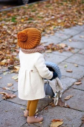 Come indossare: cappotto bianco, stivali beige, cuffia arancione, sciarpa beige