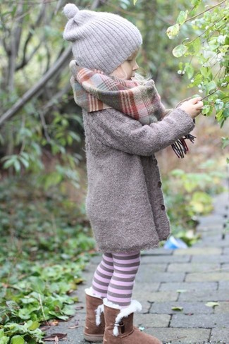 Come indossare: cappotto grigio, stivali ugg marroni, cuffia grigio, sciarpa grigia