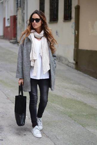Come indossare: cappotto grigio, t-shirt con scollo a v bianca, jeans aderenti neri, sneakers basse in pelle bianche