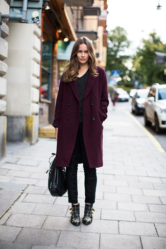 Come indossare: cappotto melanzana scuro, t-shirt con scollo a v nera, pantaloni skinny neri, stivaletti in pelle con borchie neri