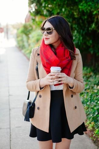 Come indossare: cappotto beige, t-shirt girocollo bianca, gonna a pieghe nera, borsa a tracolla in pelle nera