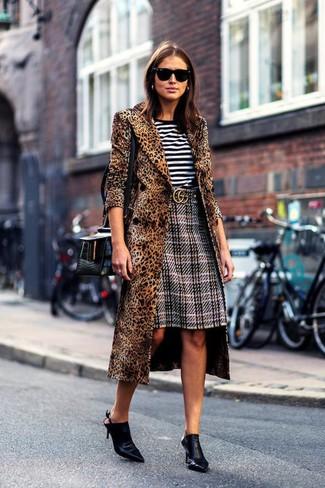 Come indossare e abbinare: cappotto leopardato marrone, t-shirt girocollo a righe orizzontali bianca e nera, gonna a tubino scozzese grigia, sabot in pelle neri