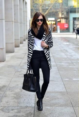 Come indossare: cappotto a righe orizzontali bianco e nero, t-shirt girocollo bianca, jeans aderenti neri, stivali chelsea neri