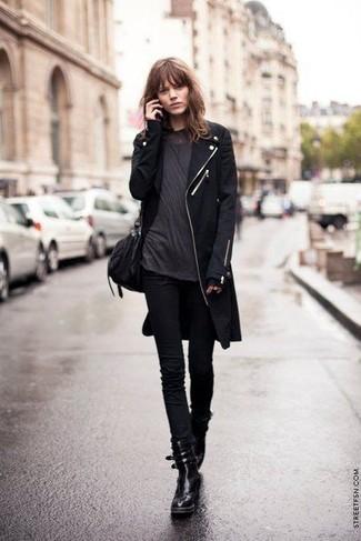 Come indossare: cappotto nero, t-shirt girocollo grigio scuro, jeans aderenti neri, stivali piatti stringati in pelle neri