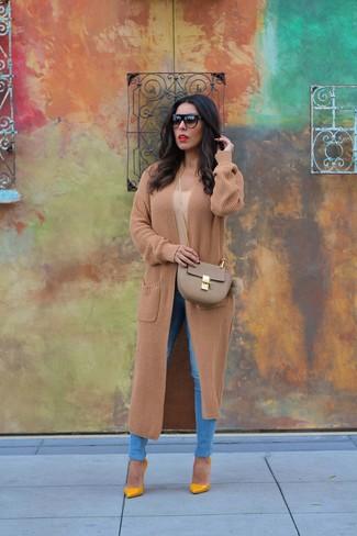 Come indossare: cappotto lavorato a maglia marrone chiaro, t-shirt girocollo marrone chiaro, jeans aderenti blu, décolleté in pelle senapi