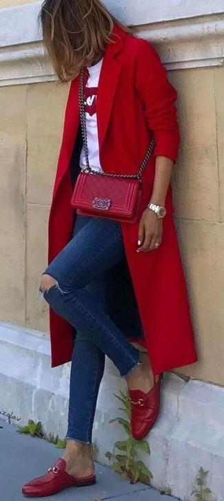 Come indossare: cappotto rosso, t-shirt girocollo stampata bianca e rossa, jeans aderenti strappati blu scuro, mocassini eleganti in pelle rossi