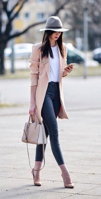 Come indossare e abbinare: cappotto rosa, t-shirt girocollo bianca, jeans aderenti blu scuro, décolleté in pelle beige