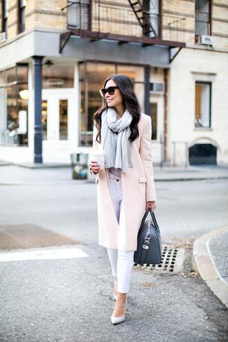 Come indossare e abbinare jeans aderenti bianchi: Combina un cappotto rosa con jeans aderenti bianchi per un outfit che si fa notare. Décolleté in pelle bianchi sono una validissima scelta per completare il look.