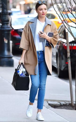 Come indossare: cappotto marrone chiaro, t-shirt girocollo bianca, jeans aderenti blu, sneakers basse bianche