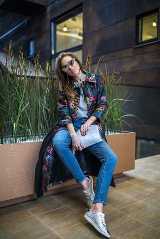 Come indossare: cappotto a fiori multicolore, t-shirt girocollo grigia, jeans aderenti blu, sneakers basse con paillettes argento
