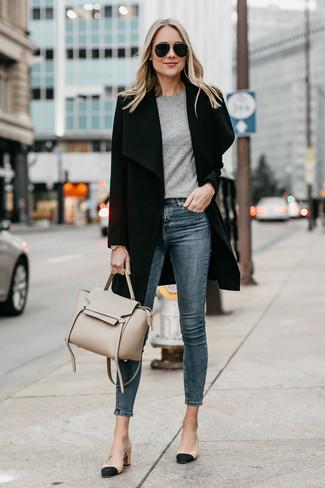 Come indossare: cappotto nero, t-shirt girocollo grigia, jeans aderenti blu scuro, décolleté in pelle neri e marrone chiaro