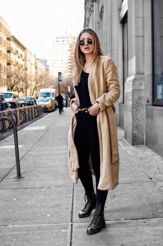 Come indossare: cappotto di pile marrone chiaro, t-shirt girocollo nera, jeans aderenti neri, stivali piatti stringati in pelle neri