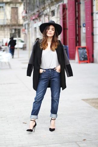 Come indossare: cappotto nero, t-shirt girocollo grigia, jeans boyfriend blu scuro, décolleté in pelle scamosciata neri