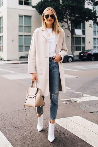 Come indossare: cappotto beige, t-shirt girocollo bianca, jeans strappati blu, stivaletti in pelle bianchi