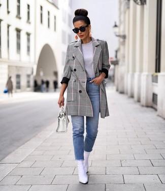 Come indossare e abbinare: cappotto scozzese grigio, t-shirt girocollo grigia, jeans azzurri, stivaletti in pelle bianchi