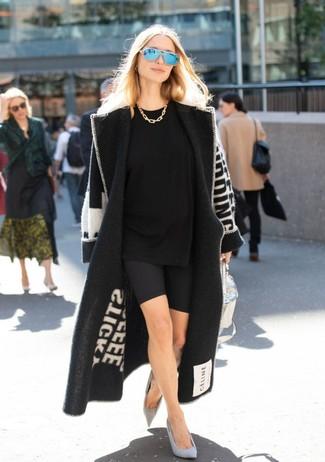 Come indossare: cappotto stampato nero e bianco, t-shirt girocollo nera, pantaloncini ciclisti neri, décolleté in pelle scamosciata grigi