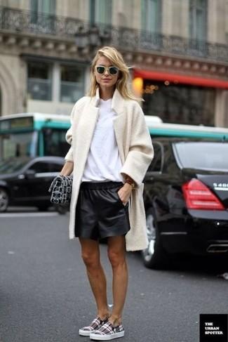 Come indossare: cappotto di pile beige, t-shirt girocollo bianca, pantaloncini in pelle neri, sneakers senza lacci scozzesi grigie