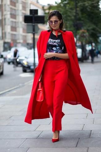 Come indossare: cappotto rosso, t-shirt girocollo stampata nera, pantaloni eleganti rossi, décolleté in pelle scamosciata rossi