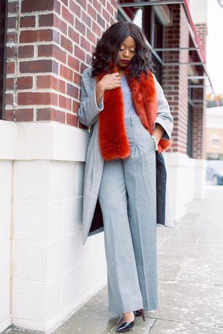 Come indossare: cappotto grigio, t-shirt girocollo grigia, pantaloni larghi grigi, décolleté in pelle neri