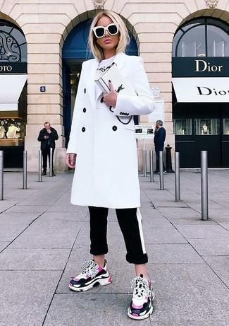 Come indossare: cappotto bianco, t-shirt girocollo stampata bianca, pantaloni skinny a righe orizzontali neri e bianchi, scarpe sportive fucsia