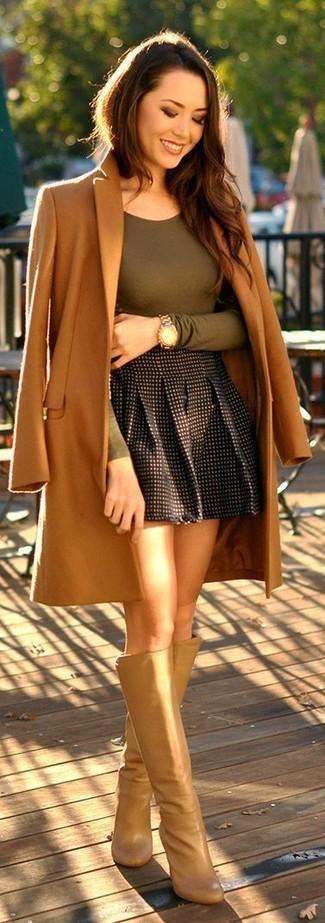 Come indossare e abbinare: cappotto marrone chiaro, t-shirt manica lunga verde oliva, gonna a pieghe a quadri nera, stivali al ginocchio in pelle marrone chiaro