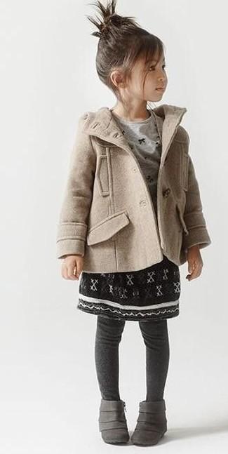 Come indossare: cappotto beige, t-shirt manica lunga grigia, gonna nera, stivali grigi