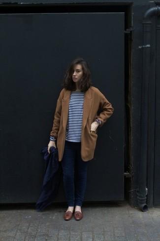 Come indossare: cappotto terracotta, t-shirt manica lunga a righe orizzontali blu scuro e bianca, jeans aderenti blu scuro, mocassini con nappine in pelle marroni