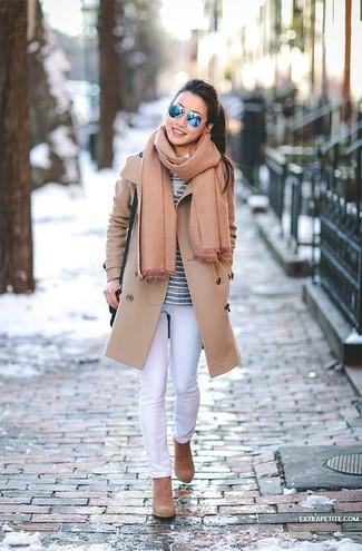 Come indossare e abbinare: cappotto marrone chiaro, t-shirt manica lunga a righe orizzontali blu scuro, jeans aderenti bianchi, stivaletti in pelle scamosciata marrone chiaro