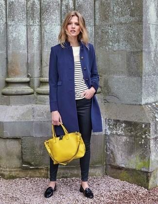 Come indossare: cappotto blu scuro, t-shirt manica lunga a righe orizzontali bianca e nera, jeans aderenti neri, mocassini con nappine in pelle neri