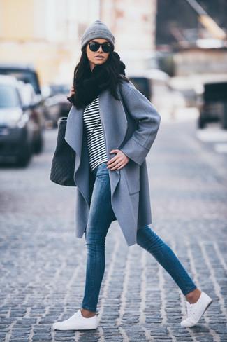 Come indossare e abbinare sneakers basse bianche: Scegli un outfit composto da un cappotto grigio e jeans aderenti blu per un look raffinato ma semplice. Mettiti un paio di sneakers basse bianche per un tocco più rilassato.